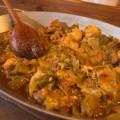 Πρασοτηγανιά με χοιρινό και λουκάνικα