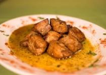 Τηγανιά ελιά, λεμόνι, πιπεριά γεμιστή και σαλάτα lollo roso