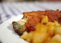 Σνίτσελ γεμιστό με μπέικον, τυρί, σπανάκι και χωριάτικες γερμανικές πατάτες