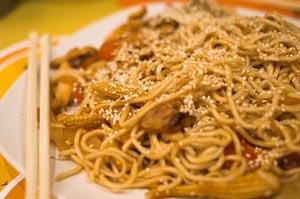 Noodles με κοτόπουλο και γλυκόξινη σάλτσα