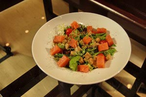 Γλυκόξινη σαλάτα με σολομό