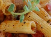 Ριγκατόνι με λιαστές τομάτες, μελιτζάνες και ψαρονέφρι