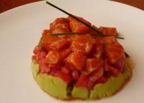 Ταρταρ σολομού με γουακαμόλε και φρέσκια ντομάτα