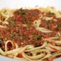 Οικολογική μακαρονάδα με ωμή σάλτσα φρέσκιας τομάτας