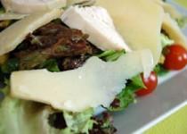 Σαλάτα με λαχανικά κοτόπουλο και παρμεζάνα