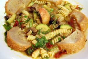 Σούπα με ζυμαρικά και λιαστή τομάτα