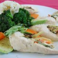 Φιλέτο κοτόπουλο γεμιστό με λαχανικά, κατίκι Δομοκού και σάλτσα εστραγκόν