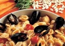 Ζυμαρικά κοχύλια με φρέσκα μύδια, τοματίνια και μαυρομάτικα φασόλια