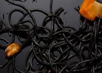 Μαύρα ζυμαρικά με πορτοκαλί πιπεριές  και σουπιές