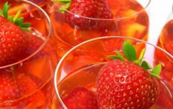 Ζελέ με αφρώδες κρασί και φράουλες