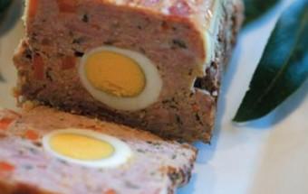 Καλοκαιρινό ρολό κιμά με βραστά αυγά