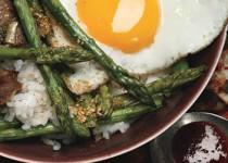 Κορεάτικου στυλ μπριζόλα με σπαράγγια κι αυγά