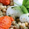 Ρεβιθοσαλάτα με πουρέ κόκκινης πιπεριάς και μοτσαρέλα