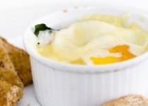 Αυγά στο φούρνο με σπανάκι και ζαμπόν