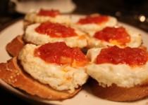 Ψωμί με αυγά και σάλτσα ντομάτας
