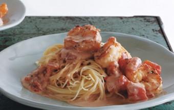 Σπαγγετίνι με γαρίδες και κρεμώδη σάλτσα ντομάτας