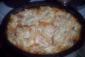 Μακαρόνια σουφλέ με λουκάνικο και κόκκινη σάλτσα
