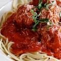 Μακαρόνια με κεφτεδάκια και κόκκινη σάλτσα