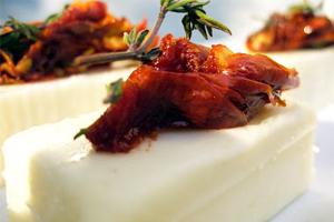 Κατσικίσιο τυρί με λιαστές ντομάτες και φρέσκο θυμάρι