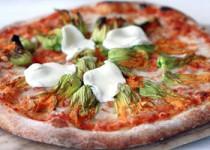 Πίτσα με κολοκυθοανθούς και μοτσαρέλα