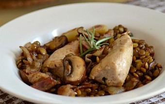 Κοτόπουλο με φακές, μπέικον και μανιτάρια