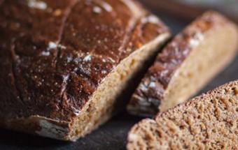 Μαύρο ψωμί με σταφίδες και μάραθο