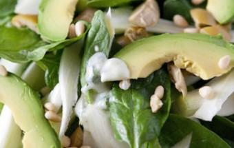Πράσινη σαλάτα με σως από γιαούρτι και λεμόνι
