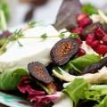 Σαλάτα με κοτόπουλο, αποξηραμένα σύκα,  καρύδια, σταφίδες, ρόδι και κατσικίσιο τυρί
