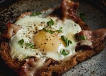Αυγά με μπέικον πάνω σε φέτα ψωμιού