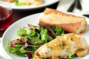 Λεμονάτο στήθος κοτόπουλου  με μίγμα μπαχαρικών και φρέσκο μαϊντανό.