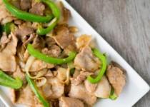 Λεπτές φέτες χοιρινού με πιπεριές και σάλτσα σόγιας.