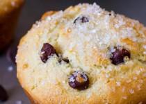 Muffins με κομματάκια σοκολάτας και βανίλια, πασπαλισμένα με ζάχαρη.