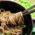 Νουντλς με σπόρους από φασολάκια και σάλτσα σόγιας