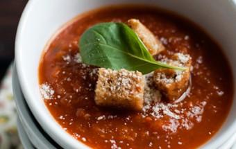Ντοματόσουπα με κρουτόν αρωματισμένα με σκόρδο.
