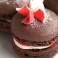 Σοκολατένια Γαλλικά macarons με βουτυρόκρεμα μέντας.