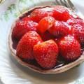 Τάρτα με φράουλες και μαύρη σοκολάτα