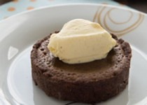 Τάρτα σοκολάτας με κομματάκια λευκής σοκολάτας και μπισκοτί