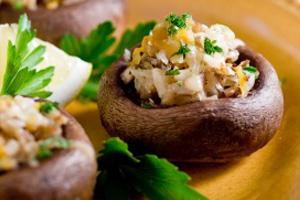 Vegan γεμιστά μανιτάρια με πιπεριά και μοτσαρέλα.