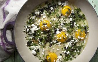 Αυγά στο φούρνο με ελιές Καλαμών, μυρωδικά και φέτα