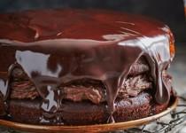 Δίπατο σοκολατένιο κέικ με παντζάρια, βουτυρόκρεμα και γλάσο σοκολάτας