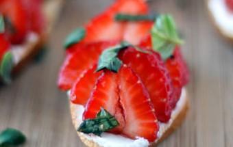 Φρυγανισμένες φέτες ψωμιού με κατσικίσιο τυρί και μαριναρισμένες φράουλες