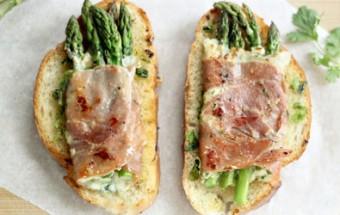 Ψωμί σικάλεως με σπαράγγια, προσούτο και τυρί cottage