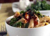 Πέννες με λάχανο, κατσικίσιο τυρί και γιαούρτι
