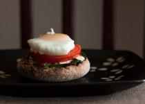 Αυγά Μπένεντικτ με σως Hollandaise και σπανάκι