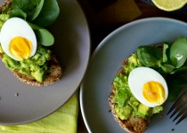 Τοστ με αβοκάντο και αυγά μελάτα