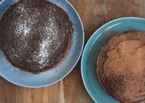 Διώροφο κέικ σοκολάτας με γλάσο σοκολάτας-εσπρέσο