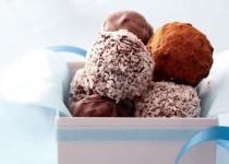 Τρούφες σοκολάτας με καρύδα, πέκαν και χουρμά