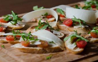 μπρουσκέτες με αντζούγιες, ρόκα, ντοματίνια